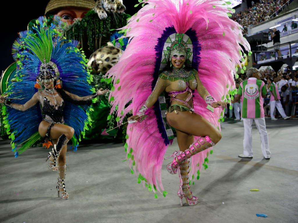 Künstler der Sambaschule Paraiso de Tuiuti an der Abschlussparde beim Karneval von Rio. (Bild: KEYSTONE/AP/SILVIA IZQUIERDO)