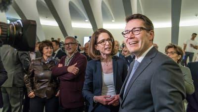 Benedikt Würth (CVP) und Susanne Vincenz-Stauffacher (FDP) nach der Bekanntgabe des Wahlresultats im St.Galler Pfalzkeller. (Bild: Michel Canonica)