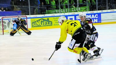 Thurgaus Verteidiger David Wildhaber kämpft sich gegen La Chaux-de-Fonds' Philip Ahlström mutig nach vorne. (Bild: Levin Steiner/Sports-Media)