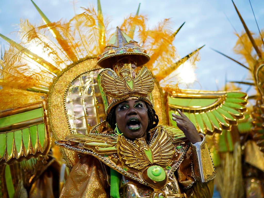 Ein Mitglied der Sambaschule Mocidade an der Abschlussparade beim Karneval von Rio de Janeiro. (Bild: KEYSTONE/AP/LEO CORREA)