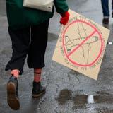 Eine Jugendliche auf dem Weg zu einer Klimademonstration. (Bild: Peter Klaunzer/Keystone, Bern, 2. Februar 2019)