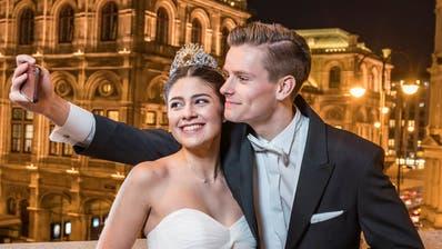 Florian Beer und Kaya Siercks präsentieren sich vor der Wiener Staatsoper. Er hat sie förmlich per Brief eingeladen, ihn zu begleiten. (Bild: Joseph Khakshouri/Schweizer Illustrierte)