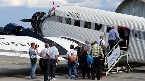 Passagiere betreten eine Ju-52 der Ju-Air in Dübendorf. (Bild: Walter Bieri/Keystone; Dübendorf, 17. August 2018)
