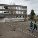 Bei einer Erweiterung des Ebnet-Schulhauses könnten hier bald über 300 Kinder zur Schule gehen. (Bild: Ralph Ribi, 31. März 2015)