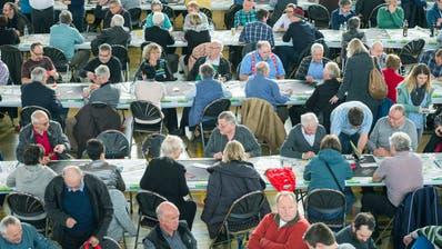 Aktive Seniorinnen und Senioren am SVP-Jasscup in der Güttingersreuti-Halle in Weinfelden. (Bild: Andrea Stalder, 18. Februar 2017)