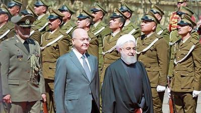 Iraks Präsident Barham Salih (links) beim montäglichen Staatsempfang seines iranischen Amtskollegen Hassan Rohani. (Bild: Ahmed Jalil/EPA (Bagdad)