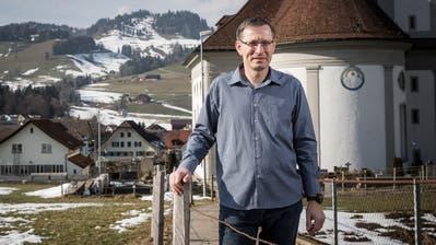 Urs Corradini – hier vor der Pfarrkirche Johannes und Paulus in Schüpfheim – leitet seit sechs Jahren den Pastoralraum Mittleres Entlebuch. (Bild: Manuela Jans-Koch, 22. Februar 2019)