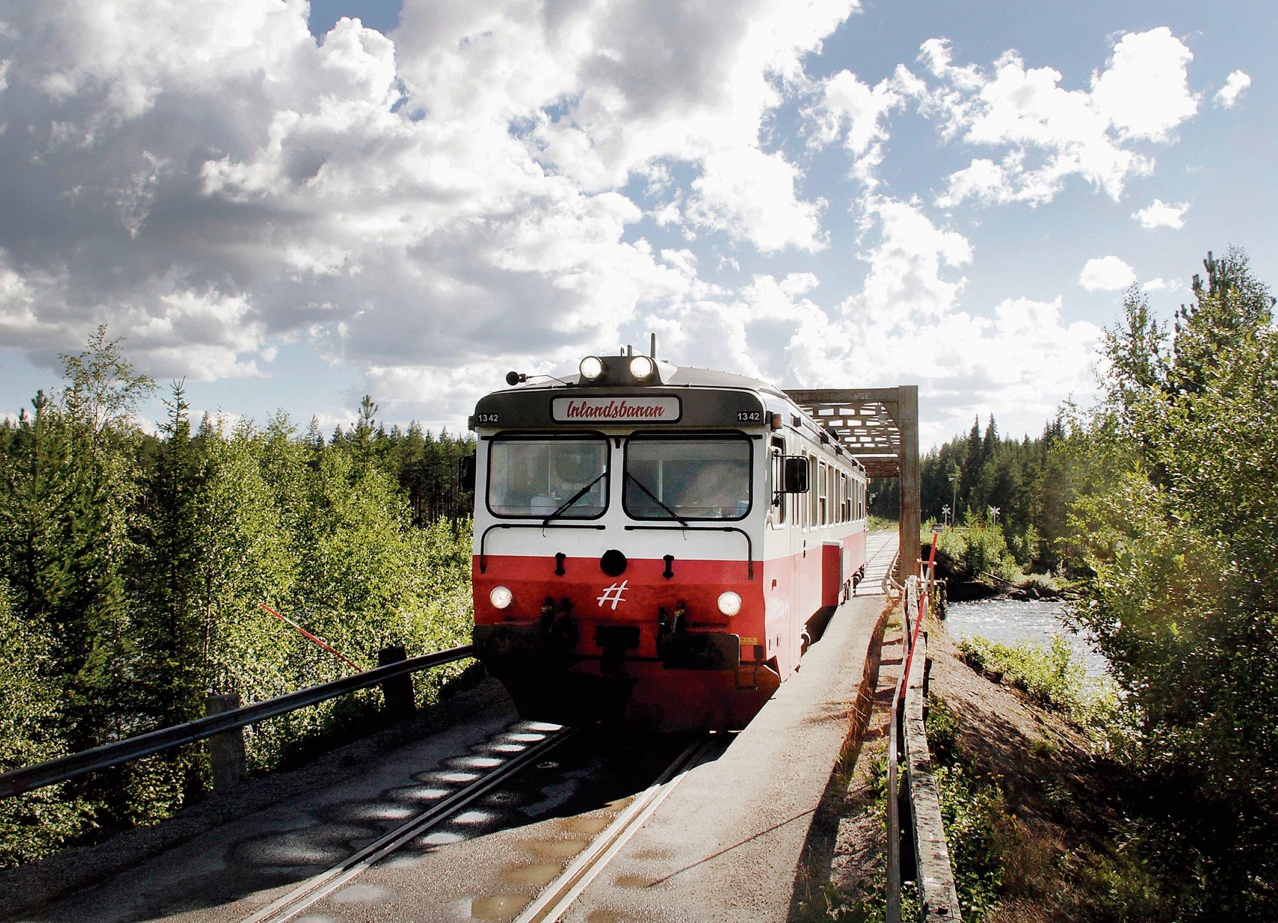 Nordwärts Richtung Lappland: die «Inlandsbanan» auf ihrer Fahrt über die Piteälvsbron, eine kombinierte Strassen-Schienen-Brücke. (Bild: Bilder: Axel Baumann)