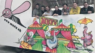 Das Team der Narrengesellschaft Muggäfurz (mufu) posiert mit Obernärrin Marlen Weidmann (3. von rechts) im eigenen Fasnachtswagen. (Bild: PD)