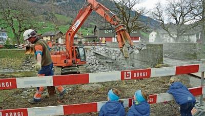 Interessant auch für die Kleinsten: Die Abbrucharbeiten am Grundersteg haben begonnen. (Bild: Robert Hess, Alpnach, 13. März 2019)