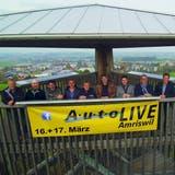Die neun Vertreter der teilnehmenden Garagen auf dem Gewerbeturm. (Bild: PD)