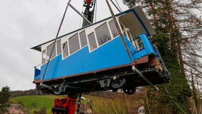 Ein Lastkran hievte die Kabinen am Montag wieder zurück auf die Schienen. (Bild: PD/Kriens)