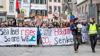 Demonstrieren für eine bessere Zukunft: Schüler streiken in St.Galle für den Klimaschutz. (Bild: Mareycke Frehner)