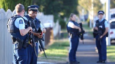 Die Masijd AyeshaMoschee wird nach dem Attentat von der Polizei überwacht.(Bild:Phil Walter/Getty Images)