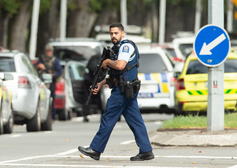 Schwer bewaffnet patrouilliert die Polizei in Christchurch. (Bild: EPA/Martin Hunter)