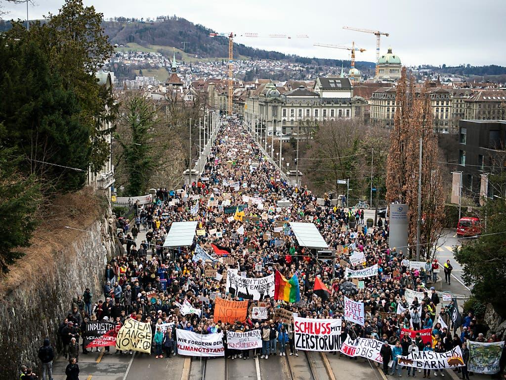 Auch in Bern zogen Tausende durch die Strassen, um ihren Forderungen für besseren Klimaschutz Nachdruck zu verleihen (Bild: KEYSTONE/PETER SCHNEIDER)
