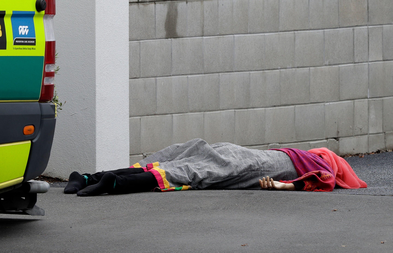 Der Terroranschlag forderte mehrere Tote: Ein lebloser Körper liegt zugedeckt auf dem Gehsteig in Christchurch. (AP Photo/Mark Baker)