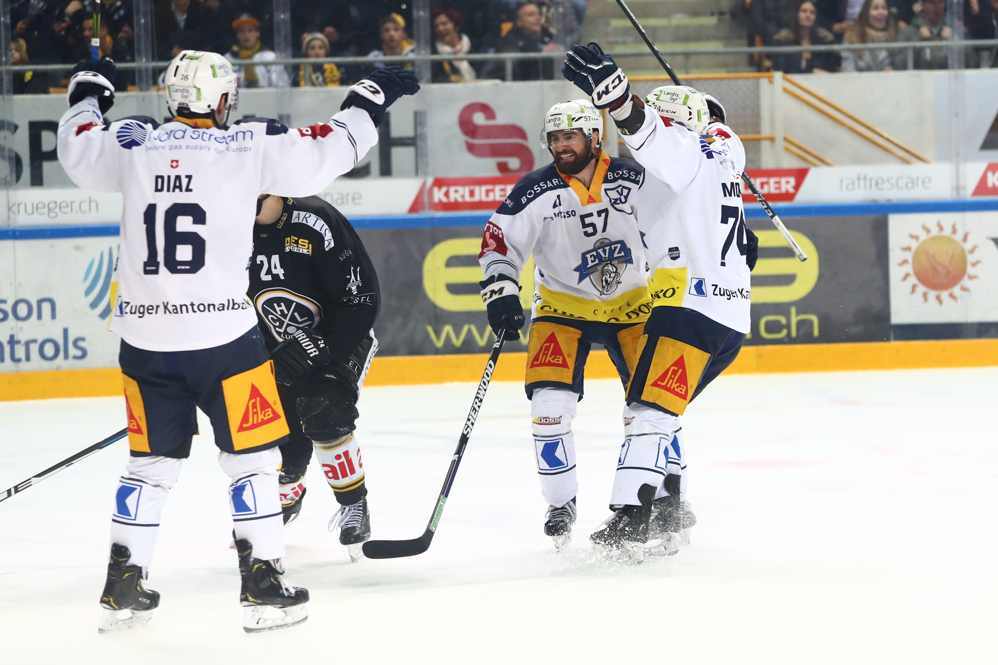 Die Zuger Spieler Raphael Diaz, Fabian Schnyder und Johan Morant (von links) jubeln nach dem 4:4. (Bild: Marusca Rezzonico / Freshfocus, Lugano, 16. März 2019)