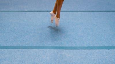Im Regionalen Leistungszentrum Ostschweiz in Wil trainieren Mädchen und Buben mit Spitzensportambitionen im Kunstturnen. (Bild: Benjamin Manser)