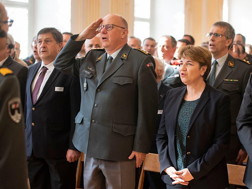Auch der Armeechef war bei den Offizieren: Philippe Rebord (links) neben Bundesrätin Viola Amherd. (Bild: KEYSTONE/URS FLUEELER)