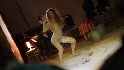 Verletzlich: Micha Stuhlmann blickt ins Publikum, im Hintergrund Gitarrist Beat Keller. (Bilder: Dieter Langhart)