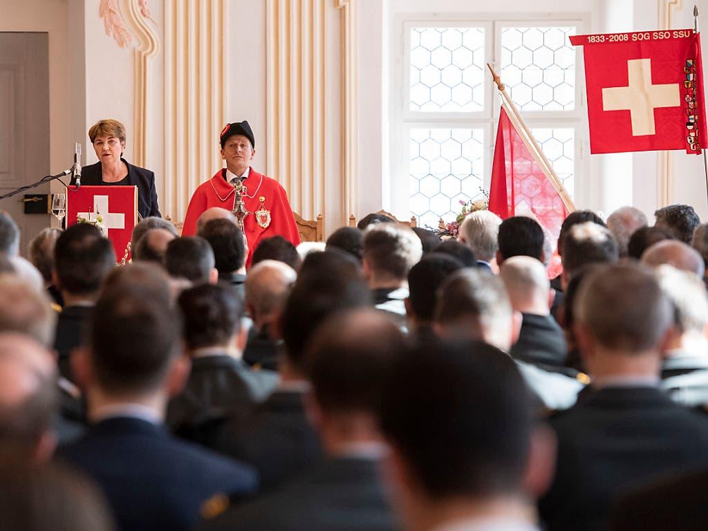 Beschaffung des neuen Kampfjets und der Bodenluftverteidigung als wichtigstes Geschäft: Bundesrätin Viola Amherd vor den Offizieren in Einsiedeln. (Bild: KEYSTONE/URS FLUEELER)