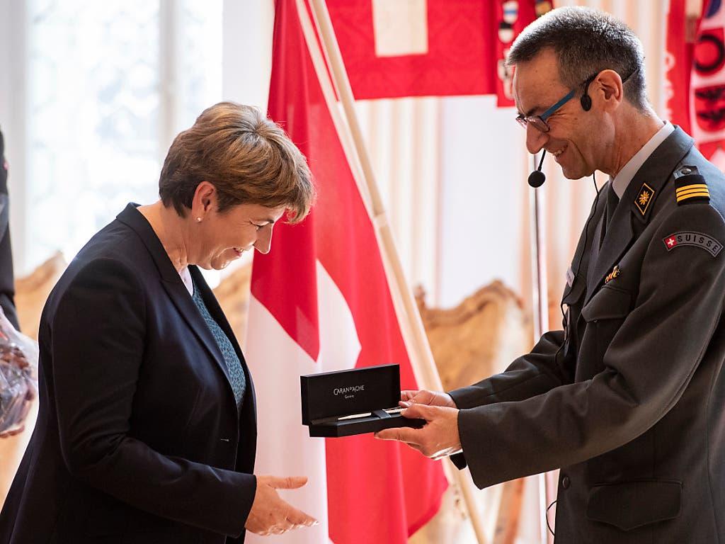 Ein Kugelschreiber für die Bundesrätin: Viola Amherd und SOG-Präsident Stefan Holenstein. (Bild: KEYSTONE/URS FLUEELER)