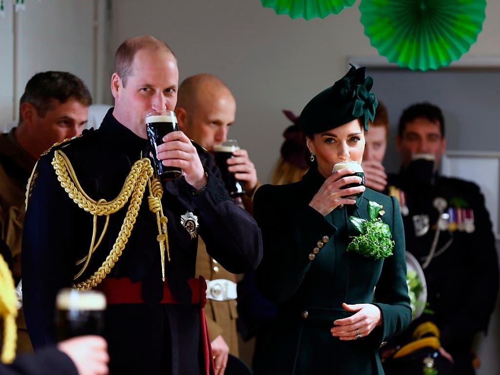 In London nahmen Prinz Harry und Herzogin Kate an einer Parade zum St. Patrick's Day teil und genossen hinterher ein Glas dunkles irisches Guiness. (Bild: KEYSTONE/AP PA/GARETH FULLER)