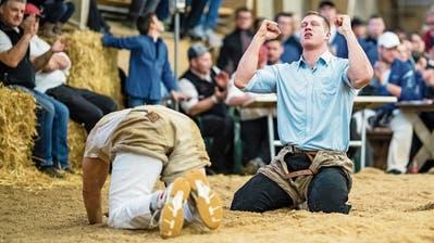 Pirmin Reichmuth (rechts) jubelt, Schlussganggegner Werner Suppiger hadert mit der Niederlage. Bild: Philipp Schmidli (Sarnen, 19. März 2019)