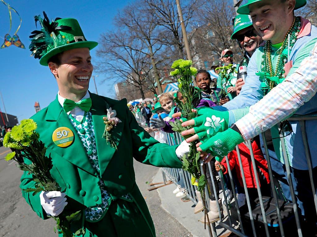 Mit Paraden und zahlreichen Aktionen haben Iren und Freunde der irischen Kultur weltweit den Nationalheiligen Patrick gefeiert. (Bild: KEYSTONE/AP St. Louis Post-Dispatch/CHRISTIAN GOODEN)