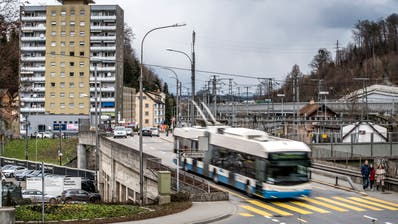 Um mehr Strassenfläche zu schaffen, soll auch die SBB-Überführung Fluhmühle stark verbreitert werden. (Bild:Pius Amrein, Luzern, 18. März 2019)