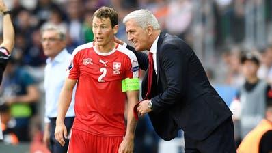 Sieht Stephan Lichtsteiner immer noch als Nationalcaptain: Trainer Vladimir Petkovic (rechts). (Bild: Alain Grosclaude/Freshfocus) St. Etienne, 25. Juni 2016))
