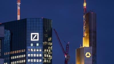Die Zentralen von Deutsche Bank (links) und Commerzbank in Frankfurt am Main. (Bild:  Frank Rumpenhorst/Keystone, 12. Februar 2019)