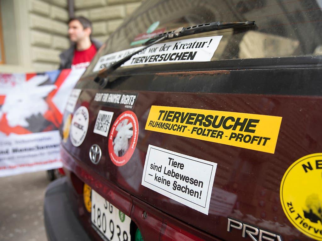 Aufkleber mit Statements zum Tierschutz kleben auf einem Auto: Am Montag wurden in Bern die Unterschriften für die eidgenössische Volksinitiative «Ja zum Tier- und Menschenversuchsverbot» der Bundeskanzlei übergeben. (Bild: KEYSTONE/PETER KLAUNZER)