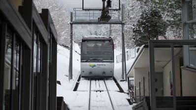 An der Zugerberg Bahn wurde ein Frostschaden entdeckt, jetzt wird sie repariert. (Bild: Maria Schmid, Zug, 11. Januar 2019)