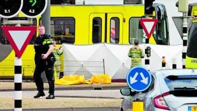 Rettungskräfte leisten nach dem Blutbad ihren Einsatz. Bild: Peter Dejong/AP (Utrecht, 18. März 2018)