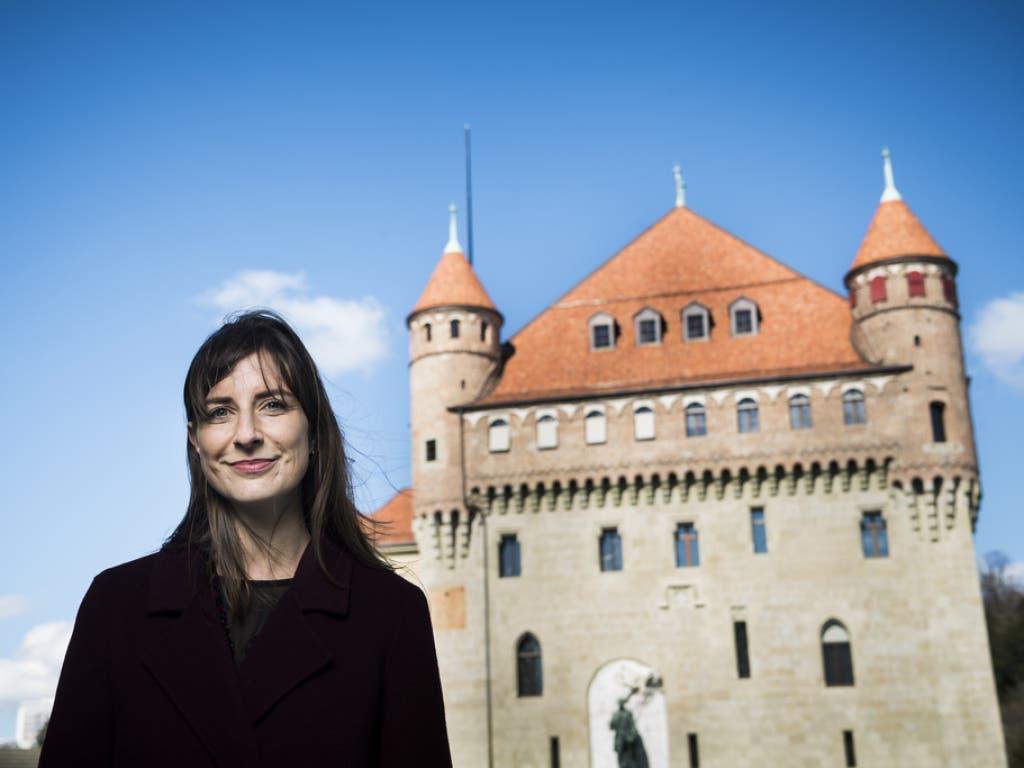 Die frisch gewählte Staatsrätin Rebecca Ruiz vor dem Château Saint-Maire in Lausanne, ihrem künftigen Arbeitsort. (Bild: Keystone/JEAN-CHRISTOPHE BOTT)