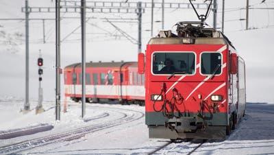 Ein Zug der Matterhorn-Gotthard-Bahn auf dem Oberalppass. (Bild: Keystone/Urs Flüeler, 14. Dezember 2018)
