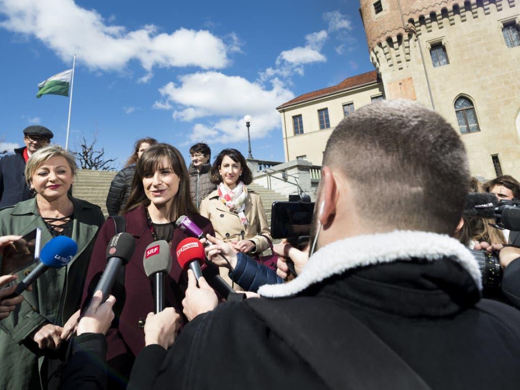 Die neue Staatsrätin Rebecca Ruiz steht Journalisten Rede und Antwort. (Bild: Keystone/JEAN-CHRISTOPHE BOTT)