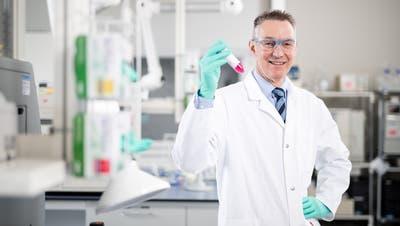 Peter Hofstetter in seinem Labor in Schachen. (Bild: Philipp Schmidli 1. März 2019)