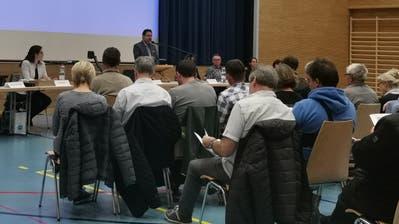 Blick in die Gemeindeversammlung in Salenstein. Gemeindepräsident Bruno Lorenzato spricht am Rednerpult. (Bild: Nicole D'Orazio)