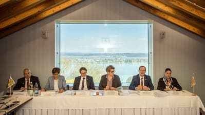 Der Gesamtregierungsrat und der Staatsschreiber auf dem Arenenberg mit Blick auf den Untersee. (Bild: Reto Martin)