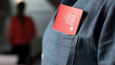 ZUR EIDGENOESSISCHEN ABSTIMMUNG VOM 12. FEBRUAR 2017 ÃúBER DIE ERLEICHTERTE EINBUERGERUNG VON PERSONEN DER DRITTEN AUSLAENDERGENERATION STELLEN WIR IHNEN FOLGENDES BILDMATERIAL ZUR VERFUEGUNG âÄì A Swiss passport in the breast pocket of a man's shirt, photographed on December 2, 2016. (KEYSTONE/Christian Beutler)