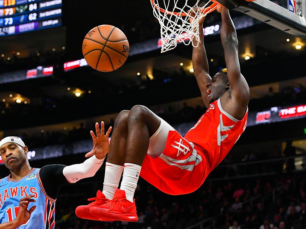 Clint Capela au dunk devant Vince Carter, l'une des légendes de la NBA. (Bild: KEYSTONE/FR69715 AP/JOHN AMIS)