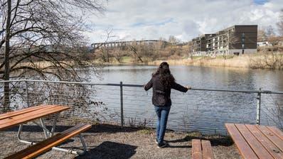 Der bei Spaziergängern beliebte Sitzplatz am Weiher bekommt eine neue Holzunterlage. (Bild: Hanspeter Schiess)