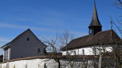 Die Kirche Weiningen mit Mauer, links das Kirchgemeindehaus. (Bild: Evi Biedermann)