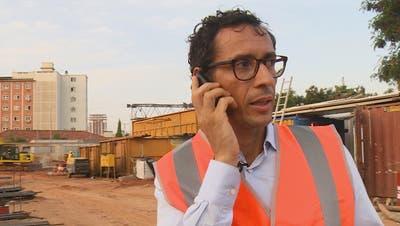 Der schweizerisch-angolanische Investor Jean-Claude Bastos auf der Baustelle seines Hochhausprojektes, ein Immobilienkomplex aus Hotel, Büros und Gewerbeeinheiten. Dieses will er mitten in der angolanischen Hauptstadt Luanda realisieren. (Bild: SRF)