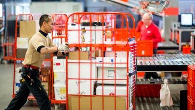 Warenumschlags Center Mitarbeiter Pan Jampatong arbeitet am Dienstag, 26. Januar 2016 bei der Pistor in Rothenburg. Die Pistor feiert ihr 100 jähriges Bestehen.