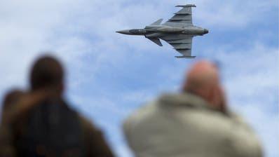 2012 wurde der Gripen-Kampfjet auf der Axalp der Öffentlichkeit präsentiert. Das Volk lehnte den Kauf aber 2014 ab. Bild: Peter Klaunzer/Keystone