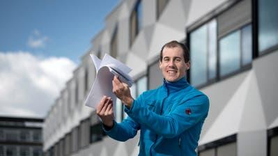 Daniel Blättler zeigt vor der Pädagogischen Hochschule Luzern die Rückmeldungen der Kantonsräte und Kantonsratskandidaten, welche er auf sein Video erhalten hat. (Pius Amrein, Luzern,13. März 2019)